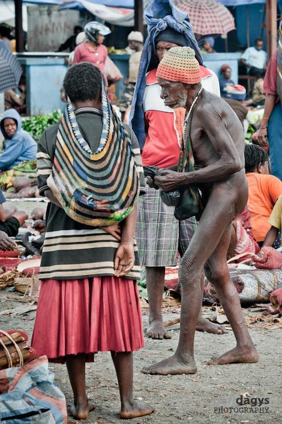 A traditional Dani in a Wamena Market abu2.com