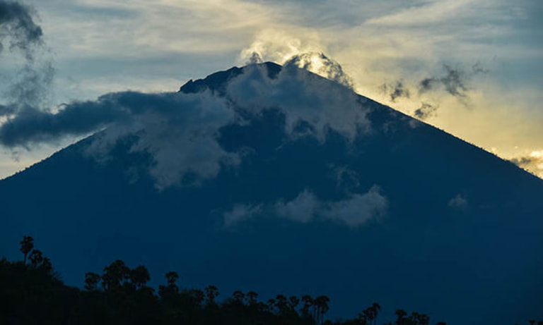 Balinese Priest Visited Red Alert Mount Agung Volcano Wowshack