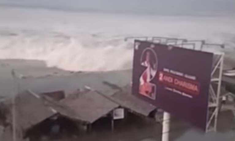 Terrifying Tsunami Hits Palu After 7 7 Magnitude Central